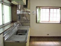 キッチン:明るく広いキッチンダイニング、テーブルを入れるとキッチンスタジアムの始まりになりそうだ!
